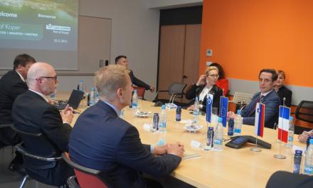 Ministro francese e delegati di CMA CGM in visita al porto di Capodistria