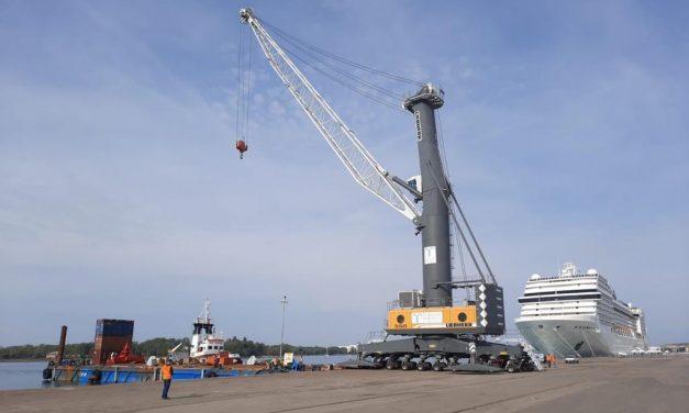Monfalcone, sbarcata nuova gru in arrivo da Trieste